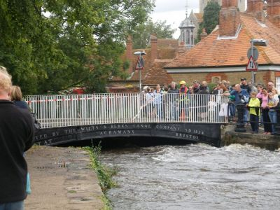 Wilts & Berks Bridge over the Ock, Abingdonians anxiously watch the torrent, 2007 Thames Floods